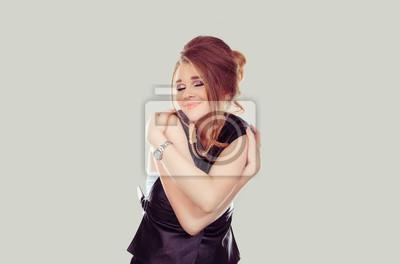 Naklejka Kochaj siebie. Zbliżenie portreta kobiety mienia ufny uśmiechnięty przytulenie herself odizolowywał siwieje ściennego tło. Pozytywny ludzki emocja wyrazu twarzy czuciowa postawa. Dbaj o siebie