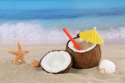 Naklejka Kokos koktajl owocowy napój latem przez morza i plaży