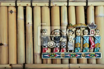 Kolorowe Balijczycy rzeźba dane na ścianie bambusa