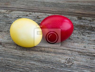 Kolorowe jaja na tle drewna