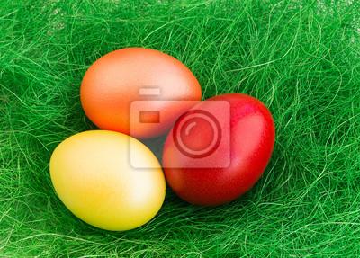 Kolorowe jaja na zielonym tle