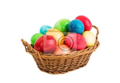 Kolorowe jaja wielkanocne w koszyku