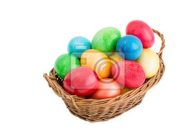 Kolorowe jaja wielkanocne w koszyku. Odizolowany