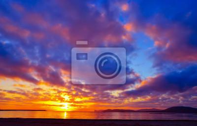 Kolorowe niebo na zachód słońca nad Alghero