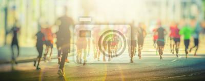 Naklejka Kolorowe sylwetki ludzi biegnie w mieście