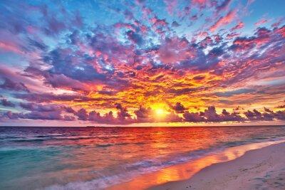 Naklejka Kolorowe zachód słońca nad oceanem na Malediwach