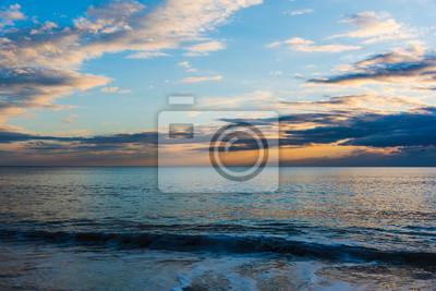 Kolorowy niebo nad morzem przy zmierzchem w Alghero