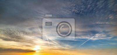 Kolorowy niebo z chmurami przy zmierzchem