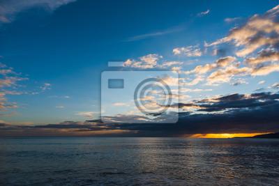 Kolorowy zachód słońca w linii brzegowej Alghero