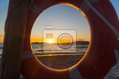 Kolorowy zmierzch przy morzem widzieć przez lifebuoy