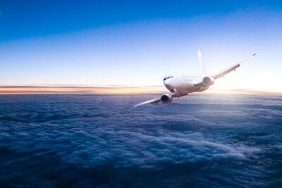 Naklejka Komercyjne odrzutowy samolot lecący nad chmurami