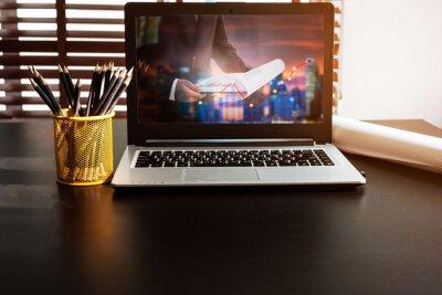 Koncepcją biznesową komputera.Komfortowe miejsce pracy. Laptop z pustym ekranem na stole.