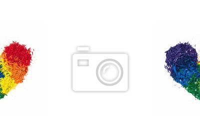 Koncepcja LGBT i miłości, kredka ołowiu w oddzielić połowie kształcie serca z kolorów tęczy na białym tle, kopia przestrzeń w środku