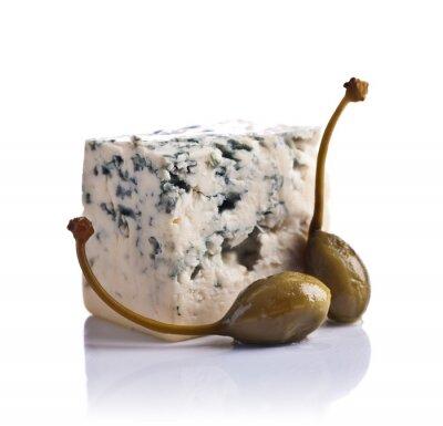 Naklejka konserwy kaparami i niebieskiego sera na białym tle