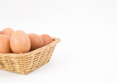 kosz jaj na białym tle
