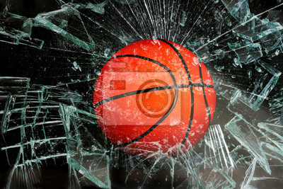 Koszykówka przez szkło.