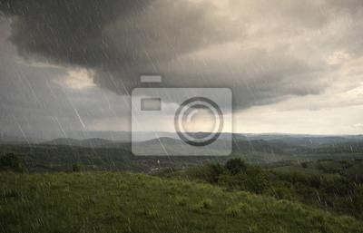 krajobraz z deszczem i dramatyczne chmury nad wzgórzami