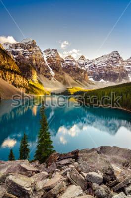Naklejka Krajobrazowy widok Morena jezioro i pasmo górskie przy zmierzchem w Kanadyjskich Skalistych górach