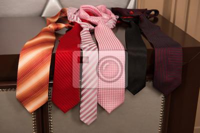 krawaty w różnych kolorach, leżącego na komodzie