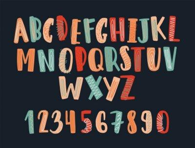 Kreatywny ręcznie rysowane czcionki łacińskiej lub dziecinne alfabetu angielskiego ozdobione kulas. Kolorowi listy układali w abecadłowym rozkazie i liczbach odizolowywających na czarnym tle. Ilustrac