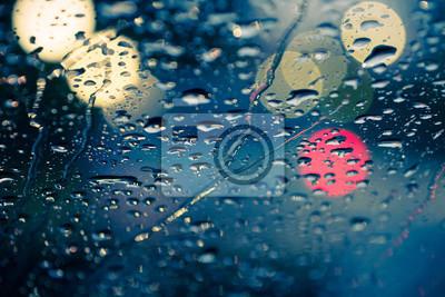 kropla wody na przedniej samochodu trawy z jasnym bokeh w tle