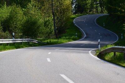 Naklejka kurvig steile Straße durch das Elztal zwischen Düngenheim und Kehrig