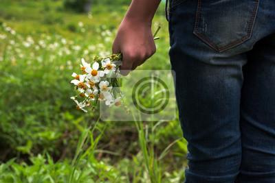 kwiat w dłoni dziewczynka