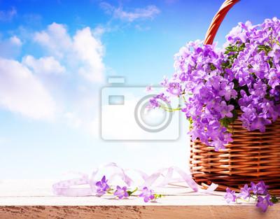 kwiaty Wiosna Bluebells w koszyku