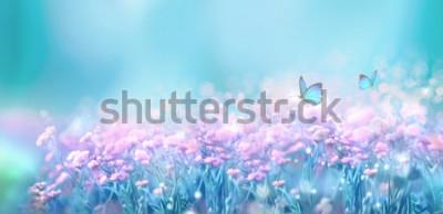 Naklejka Kwiecistej wiosny naturalny krajobraz z dzikim różowym bzem kwitnie na łące i trzepotliwych motylach na niebieskiego nieba tle. Marzycielski delikatny obraz artystyczny. Nieostrość, przetwarzanie auto