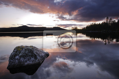 Laka Hävlingen w Szwecji po zachodzie słońca