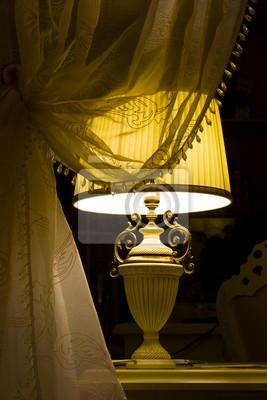 Lampa w ciemnym wnętrzu