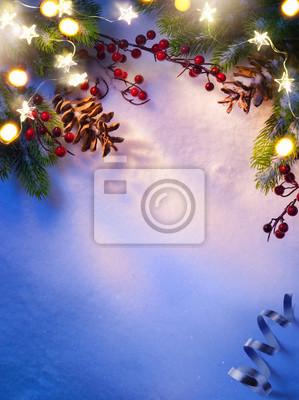 Lampka choinkowa; niebieskie tło śnieg;
