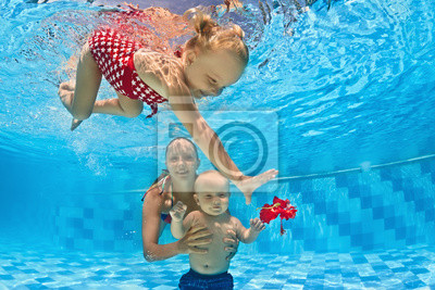 Lekcja pływania pod wodą dla niemowląt z instruktorem w basenie