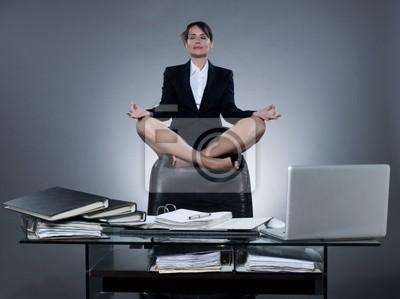 Lewitacja kobiety biznesu