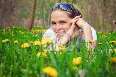 leżącego między kwiatami