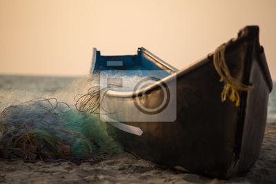 Naklejka Łódź rybaka z sieci rybackich na plaży w pobliżu oceanu Gokarna w Karnataka w Indiach
