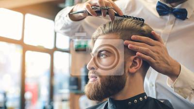 Naklejka M? Ody cz? Owiek w Barbershop Hair Care Service Concept