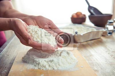 Mąka w rękach kobiet