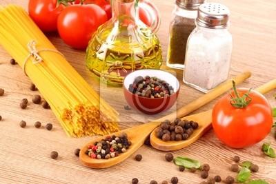 Makaron spaghetti z pomidorów, oliwy z oliwek, peper i Bazylego na