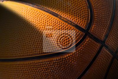 Makro zdjęcia starych czarno-pomarańczowy koszykówki z ciemnym cieniem