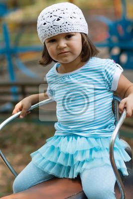 Naklejka Mała dziewczynka jazda na karuzeli w parku amuzement