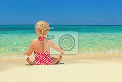 Mała dziewczynka relaksu na plaży piasek krawędzi