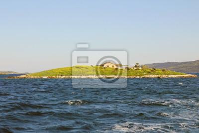 Mała wyspa na morzu niebieski. Letnie podróże