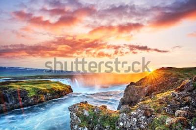 Naklejka Malowniczy zachód słońca nad krajobrazami i wodospadami. Kirkjufell góra, Iceland