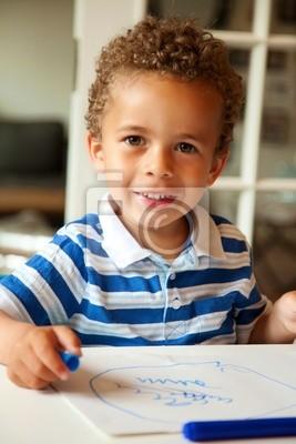 Mały Chłopiec patrząc szczęśliwy po zakończeniu zajęć szkolnych