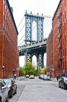 Naklejka Manhattan Bridge zobaczyć między budynków w Nowym Jorku