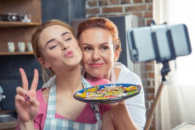 Matka i córka podejmowanie selfie