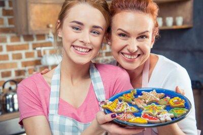 Matka i córka trzyma ciasteczka