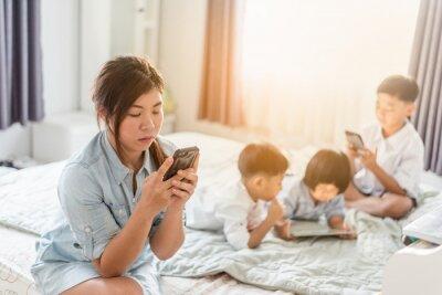 matka i syn za pomocą inteligentnego telefonu w domu