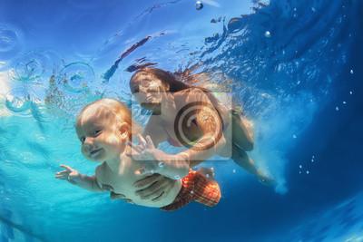 Matka z dzieckiem pływanie pod wodą w basenie